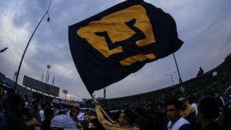 Aficionado de Pumas, con una bandera de su equipo