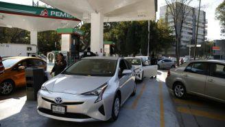 Automovilistas esperan en gasolinería
