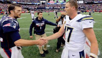 Tom Brady y Philip Rivers se saludan tras un partido