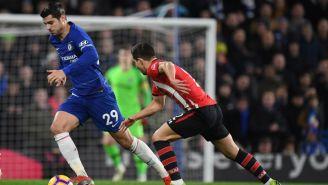 Morata conduce el balón pese a la presión de un defensa del Southampton