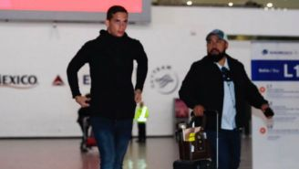 Marcone camina por el AICM antes de emprender su viaje a Argentina