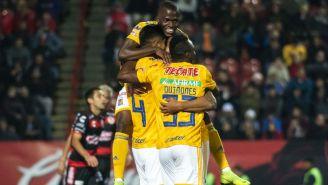 Jugadores de Tigres festejan anotación contra Xolos