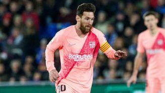 Messi corre en un juego con el Barcelona