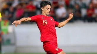 Stephen Eustáquio durante un duelo con Portugal Sub 21