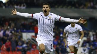 Ronaldo Cisneros festeja un gol con Chivas