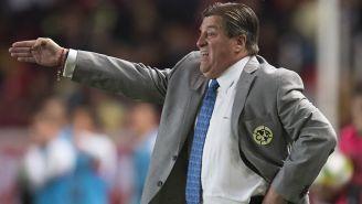 Herrera da indicaciones en el juego contra Necaxa