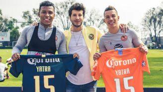 Jugadores del América posan junto a Sebastián Yatra