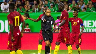 Jugadores de Ghana reclaman en juego contra México