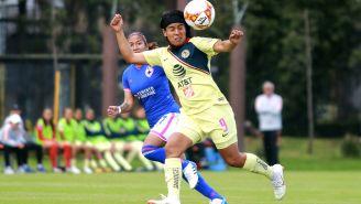 Lucero Cuevas disputa un balón en el aire frente a Jacqueline Hernández