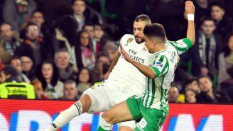 Benzema pelea por el balón contra Marc Bartra
