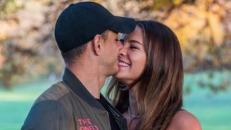 Chicharito y  Sarah Kohan posa para la foto