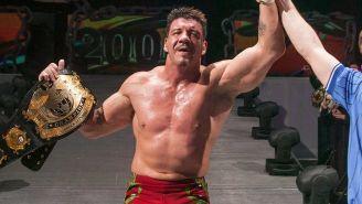 Eddie Guerrero después del ganar el campeonato de la WWE