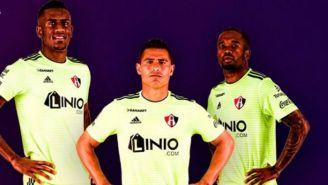 Futbolistas de los Zorros posan con la nueva indumentaria