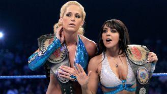 Laycool con el título femenino de WWE