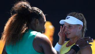 Serena Williams le seca las lágrimas a su rival