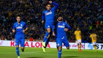 Jugadores de Cruz Azul festejan el gol ante Tigres