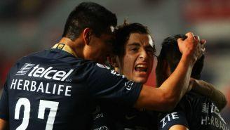 Jugadores de Pumas celebran anotación contra Necaxa