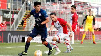 Gutiérrez intenta sacar pase ante la presión de un rival