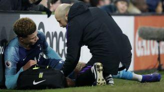Dele Alli es atendido tras lesionarse en el juego vs Fulham