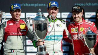 Benito Guerra (centro) con el trofeo de Campeón