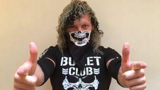 Kenny Omega posa con una camiseta del Bullet Club