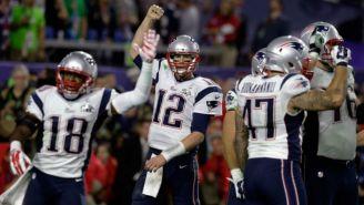 Jugadores de Patriotas de blanco durante un Super Bowl