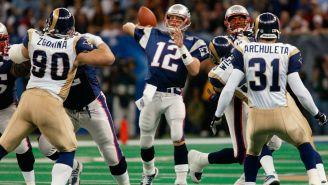 Brady lanza el ovoide durante el Super Bowl XXXVI