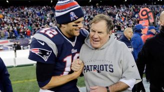 Tom Brady abraza a Bill Belichick tras el partido contra Chargers