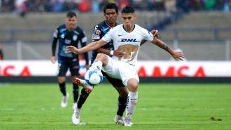 Felipe Mora disputa un balón con Pablo López
