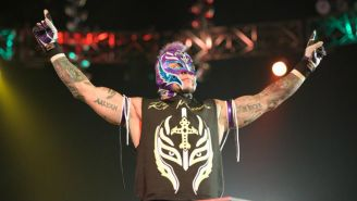 Rey Mysterio se presenta ante la afición de WWE