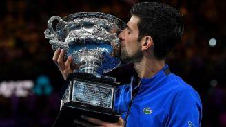 Novak Djokovic con el trofeo del Abierto de Australia