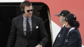 Brady baja del avión en su llegada a Atlanta