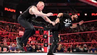 Brock Lesnar recibe una patada de Seth Rollins