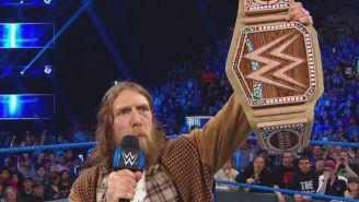 Daniel Bryan presume el nuevo título de la WWE
