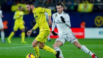 Layún conduce el balón ante la persecución de Gareth Bale