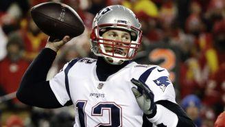 Tom Brady lanza un pase en duelo ante Chiefs