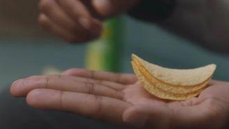Una mano con unas papas Pringles
