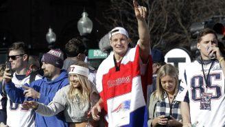 Rob Gronkowski saluda a la afición de Patriots