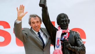Banks posa junto a su estatua en Inglaterra