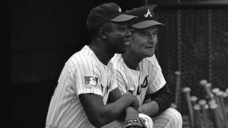 Hank Aaron y Luman Harris con el parche del 100 aniversario de la MLB