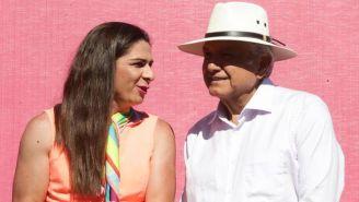 Guevara y AMLO, durante un recorrido por el Estadio Francisco Carranza
