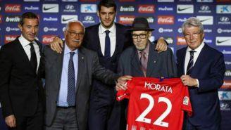 Briñas, a la izquierda de Morata, posa durante su presentación
