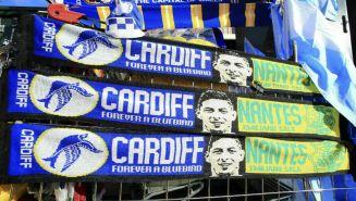 Bufandas dedicas a Emiliano Sala con logos de Cardiff y Nantes