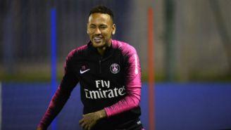 Neymar sonríe en un entrenamiento del París Saint-Germain