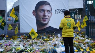 gente rinde homenaje a Emilano Sala tras accidente aéreo