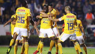 Valencia, felicitado por sus compañeros tras un gol