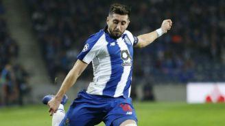 Herrera golpea el balón en un juego del Porto
