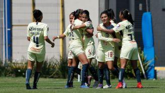 Jugadoras de América festeja un gol contra Pachuca