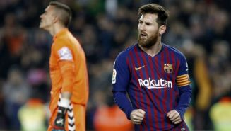 Messi festeja su gol de penalti frente al Valladolid