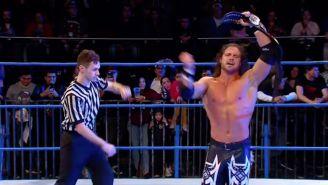 Johnny Impact festeja con el título en el centro del ring